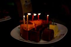 Födelsedagkaka, snitt in i smakliga trianglar Royaltyfria Foton
