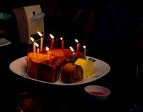 Födelsedagkaka, snitt in i smakliga trianglar Fotografering för Bildbyråer