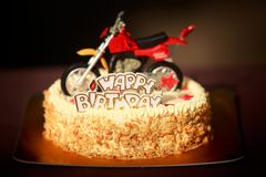 Födelsedagkakan dekorerade med motorcykeln och röda stjärnor Royaltyfria Foton