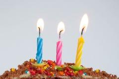 Födelsedagkakan, firar dagen, stearinljus royaltyfri foto