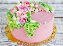 Födelsedagkakan med blommor steg på vit bakgrund Royaltyfri Foto