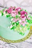 Födelsedagkakan med blommor steg på vit bakgrund Royaltyfria Bilder