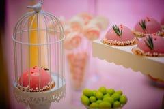 Födelsedagkakor Detalj av en efterrätttabell - färgrika kakor med den rosa födelsedagtopperen arkivfoton