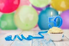 födelsedagmuffin för 50 årsdag med stearinljuset Arkivfoton