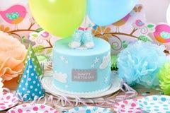 Födelsedagparti med blåttkakan och ballonger Fotografering för Bildbyråer