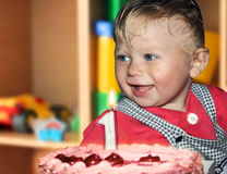 födelsedagpojke ett år Arkivfoto