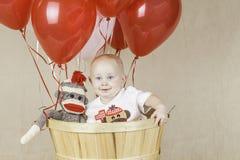 Födelsedagpojke med sockaapan Arkivbilder