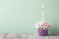 Födelsedagvaniljmuffin med färgrika marshmallower Royaltyfri Bild