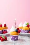 Födelsedagvaniljmuffin med nya hallon Royaltyfri Fotografi