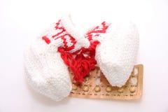 Födelsekontrollpreventivpillerar och skor arkivbilder