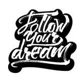 Följ din dröm etikett Modern kalligrafihandbokstäver för serigrafitryck Arkivfoto