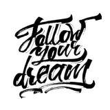 Följ din dröm Modern kalligrafihandbokstäver för serigrafitryck Royaltyfri Bild