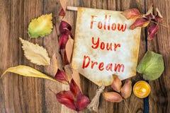 Följ din dröm- text med hösttema royaltyfri fotografi