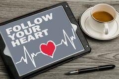 följ din hjärta på pekskärmen arkivfoton