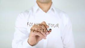Följ din passion, manhandstil på exponeringsglas royaltyfri bild