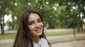 Följ mig flickabegreppet Den unga nätta lyckliga studentmodellen som in ler och går, parkerar arkivfilmer