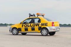 Följ mig flygplatsbilen Royaltyfri Bild
