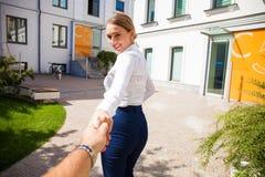Följ mig, härliga håll för ung kvinna handen av en man arkivfoton