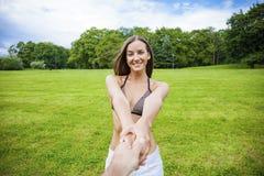 Följ mig, härliga håll för ung kvinna handen av en man royaltyfri foto