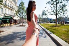 Följ mig, härliga håll för ung kvinna handen av en man arkivbilder