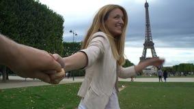 Följ mig Paris den lyckliga kvinnan som leder hennes pojkvän till Eiffeltorn lager videofilmer