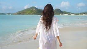 Följ mig POV - lycklig flickalookig på kameran och att le på stranden