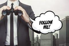 Följ mig text på anförandebubbla med hållande kikare för affärsmannen Arkivbild