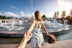 Följ mig till springbrunnen på sommar Arkivbilder