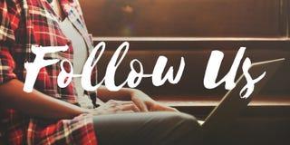 Följ oss som delar socialt massmedia som knyter kontakt internet online-Concep Arkivfoto