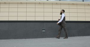 Följ skottet av affärsmannen Walking på gator av affärsområdet