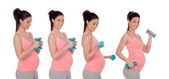 Följd av fyra foto av havandeskapkvinna med hantlar Royaltyfri Fotografi