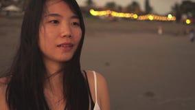 Följden av den unga härliga och lyckliga asiatiska koreanska kvinnan som har sött att ha kopplat av, går i stranden på att le för arkivfilmer