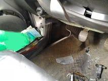 Följder av en bilolycka Sårad bil royaltyfri bild