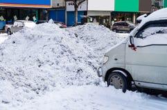 Följder av snö och snödrivor i staden royaltyfria foton