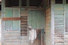 Fönster av Abandoned det wood huset utanför Royaltyfri Foto