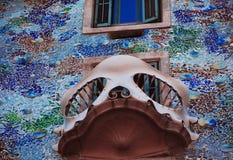 Fönster av casaen Batllo, Barcelona Arkivfoto