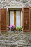 Fönster av Cortona, Italien Arkivbilder