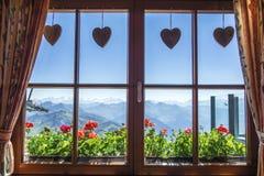 Fönster av den alpina stugan, Tirol, Österrike Royaltyfria Bilder
