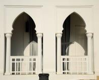 Fönster av den Alwi moskén i Kangar Arkivbilder