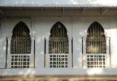 Fönster av den Alwi moskén i Kangar Arkivbild