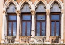 Fönster av den medeltida palazzoen på den contra gatan Royaltyfria Bilder