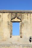 Fönster av en förstörd byggnad Arkivbild