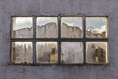 Fönster av en förstörd fabrik Royaltyfri Fotografi