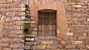 Fönster av en forntida byggnad Arkivfoton