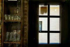 Fönster av en gammal bar royaltyfri bild