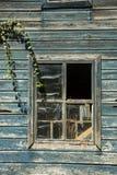 Fönster av en gammal ladugård Arkivbilder