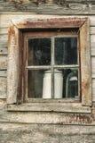 Fönster av en gammal lantgårdbyggnad Smutsig textur för naturlig tappning Special bevarat lantligt trähus för agriturism royaltyfri bild