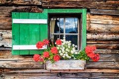 Fönster av en gammal träkabin royaltyfri bild