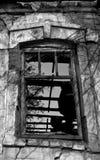 Fönster av ett övergett gammalt hus Arkivbild