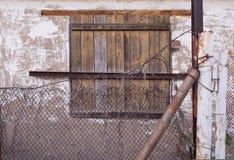 Fönster av ett övergett hus Arkivbilder
